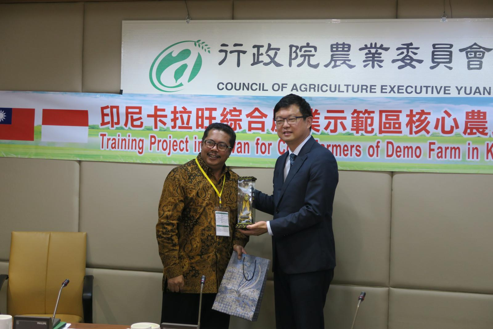 A photo of COA Deputy Minister Lee Tuey-chih and a representative of the Indonesian trainees.