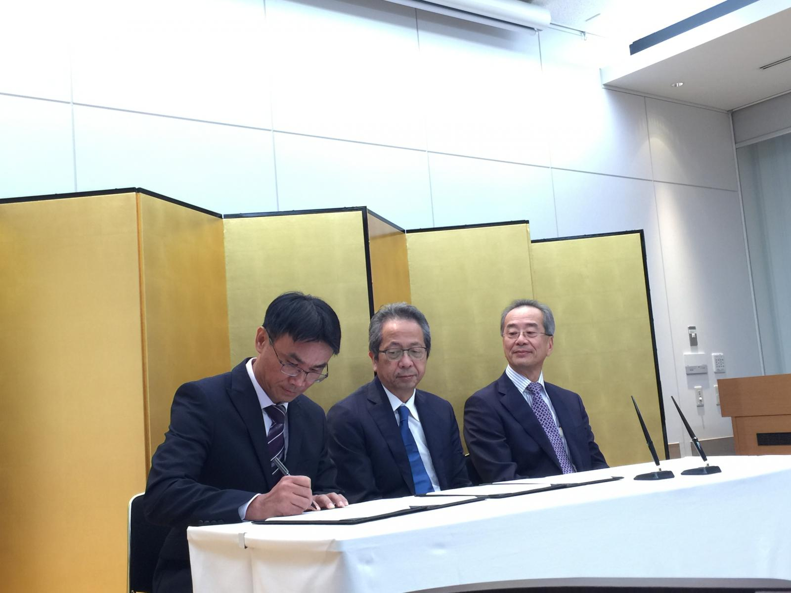 MITAGRI Chairman Chen Yu-jan and Farmind Corporation President Tatsuo Horiuchi sign a Memorandum of Cooperation in Tokyo.