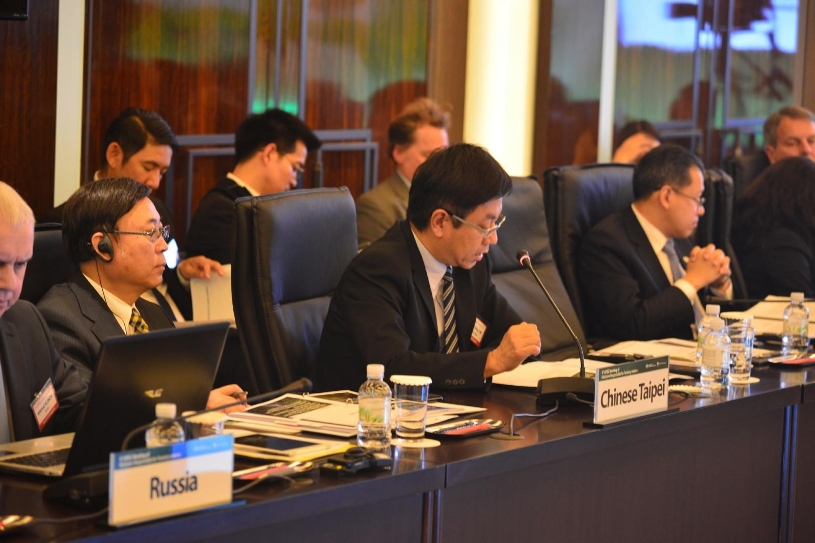 From October 30 to November 1 of 2017, Lin Hwa-ching, Director-General of the Forestry Bureau , Council of Agriculture, Executive Yuan, and Yue-hsing Star Huang, Director-General of the Taiwan Forestry Research Institute, were in Seoul, Korea, to attend the 4th APEC Meeting of Ministers Responsible for Forestry (MMRF4).