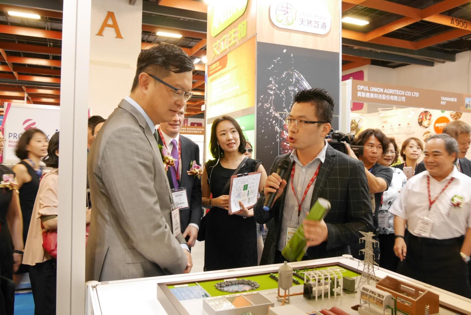 COA Deputy Minister Mr. Lee Tui-chih visits the show.