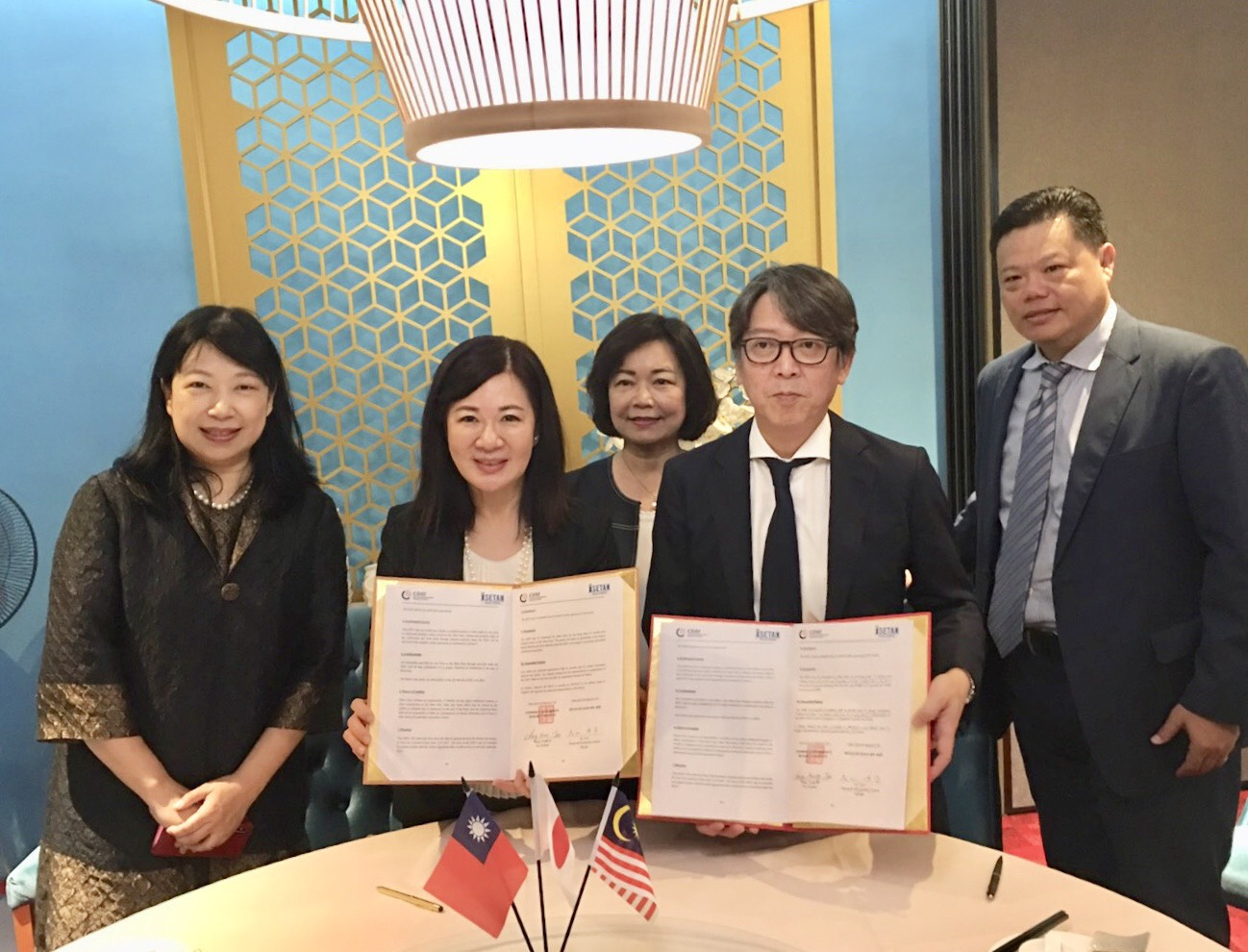 COA divisional chief Tang Shu-hua and Taiwan's representative in Malaysia Anne Hung were present at the signing of the MOU between the CDRI and Isetan of Japan.