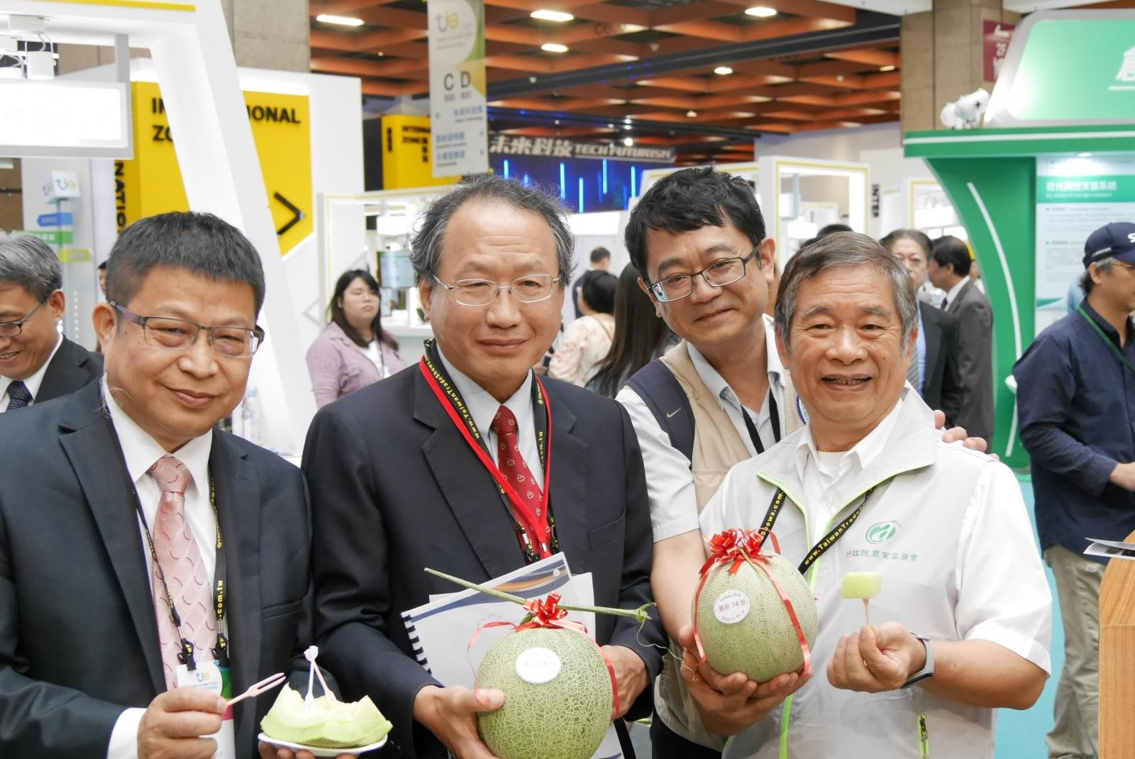 COA Deputy Minister Huang Chin-Cheng presented products.