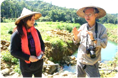 Picture 1: Professor Peng Kuo-dong (right) discusses with Lin You-cen about the successive conservation project of Taiwan white minnow.