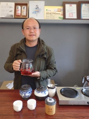 Picture 9: Chen Tai-ju integrated 13 villages in the Yuchih Township and created the common-brand Shi-shen Cun Black Tea through the Rural Regeneration and Industrial Development Interdisciplinary Cooperation Program.